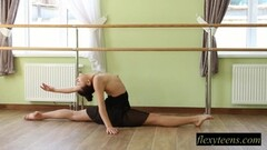 Teen babe Regina does gymnastic acting Thumb