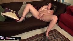 Mature BBW rubs her warm pussy Thumb
